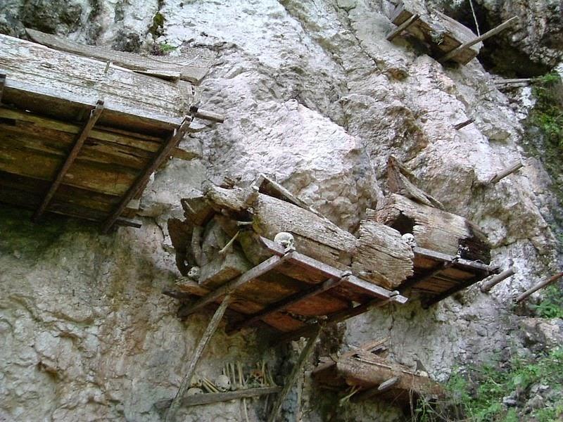 Висячие гробы Тораджи