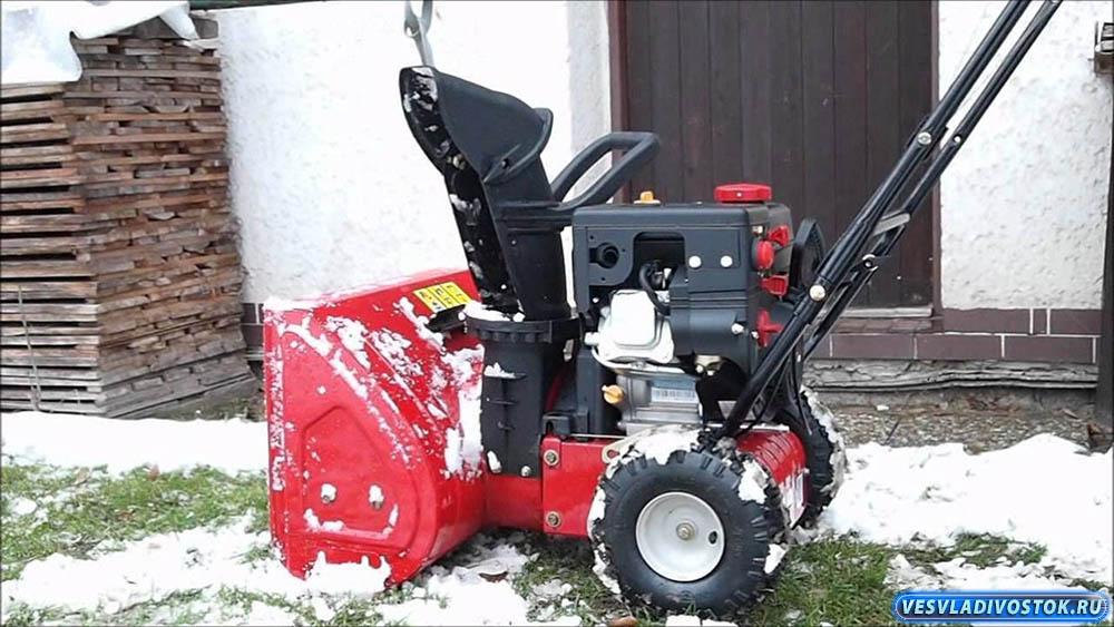 Уборка снега снегоуборочной машиной