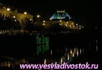Воды реки Влтава в Праги, озарит лазерное шоу