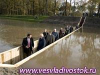 Уникальный подводный мост построили в Голландии